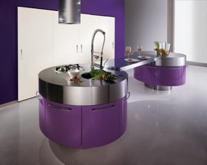 Moderna cocina purpura blanco 300x239 Interiores de color violeta