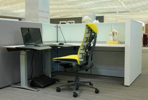 herman miller rising desk sz 0616101 300x203 Escritorio regulable en altura